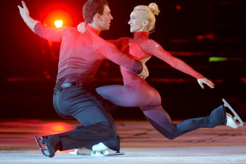 Aljona Savchenko und ihr neuer Partner Bruno Massot laufen am Sonntag (27.12.2015) bei der zweiten Auflage der Eislaufgala 'Emotions on Ice' in der Chemnitz Arena.