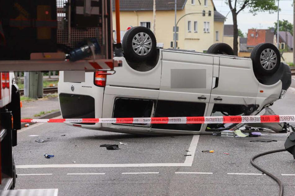 Der VW T5 blieb nach dem Unfall auf dem Dach liegen.