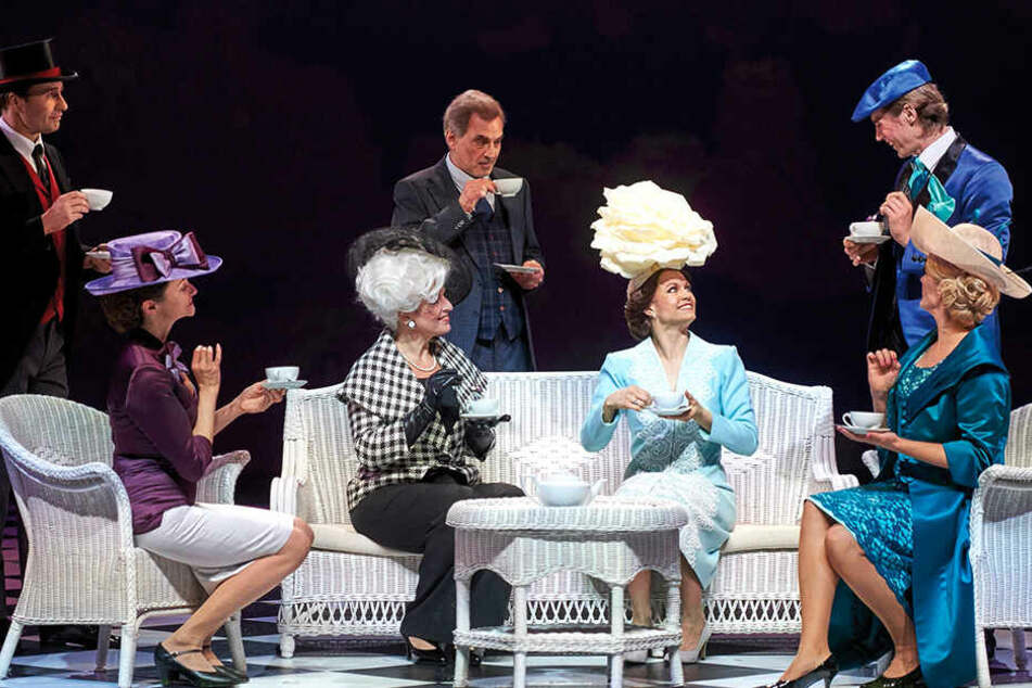 Eine Szene aus der Neuinszenierung: Eliza (Olivia Delauré) ist zur Dame geworden, im Hintergrund schaut Higgins (Axel Köhler) auf sie.