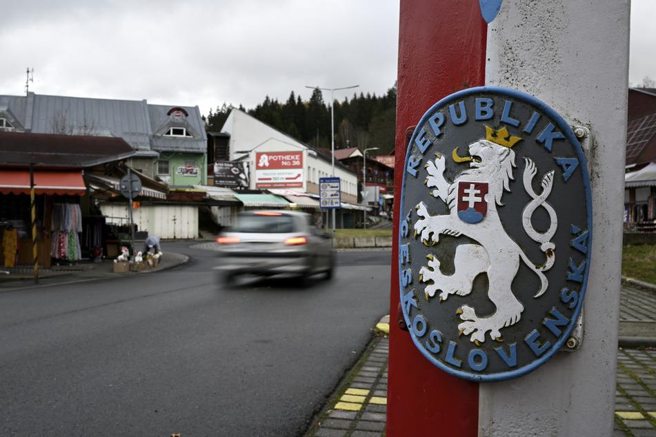 Das alte Wappen der Tschechoslowakei (aufgelöst 1992) prangt noch am Grenzübergang zwischen Johanngeorgenstadt und Potůčky.