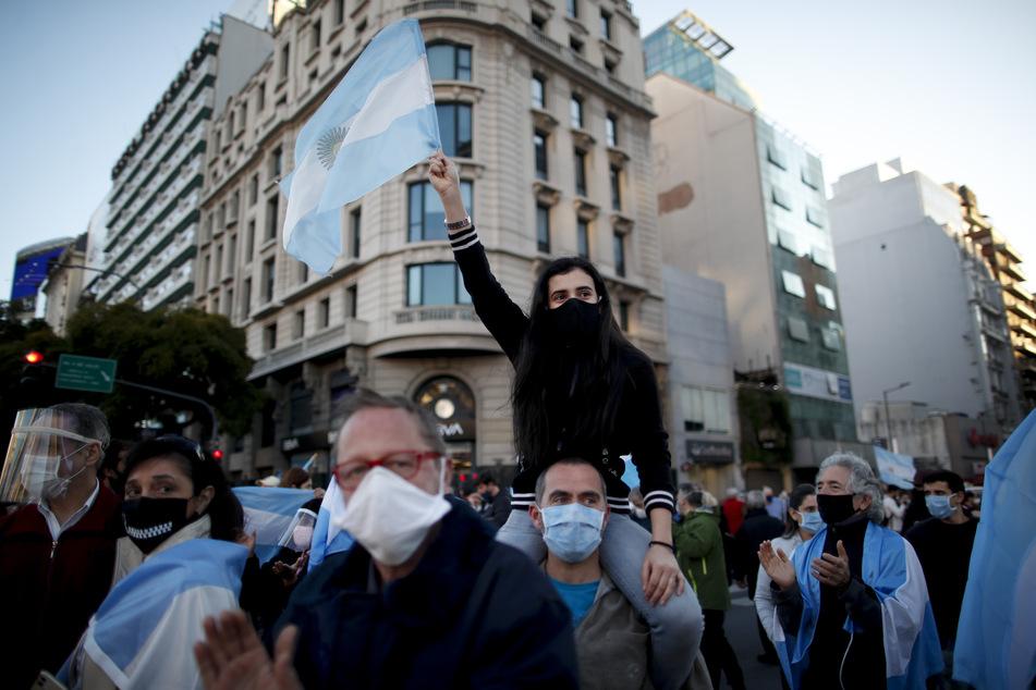 Buenos Aires: Demonstranten protestieren gegen die Quarantänepolitik der Regierung zur Eindämmung des Coronavirus. Die Demonstrierenden betrachteten die Einschränkungen als eine Verletzung ihrer persönlichen Freiheit.
