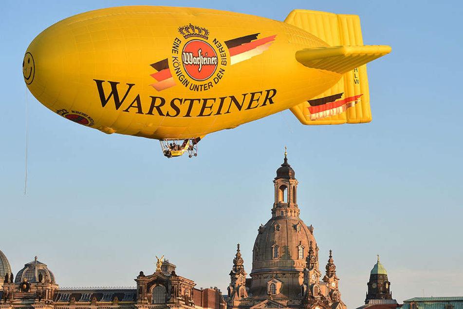 Majestätisch gleitet das 41 Meter lange Luftschiff über der imposanten  Kulisse. Für die Oberfläche werden übrigens neue Werbekunden gesucht.