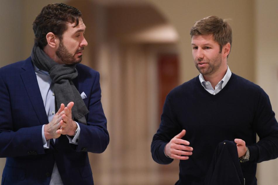 In Frankfurt am vergangenen Dienstag: Friedrich Curtius (l), DFB-Generalsekretär, und Thomas Hitzlsperger, Vorstandsvorsitzender von VfB Stuttgart, kommen zur Mitgliederversammlung der Deutschen Fußball Liga (DFL).