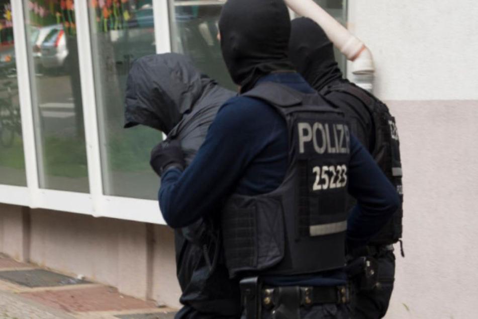 Berliner Polizisten führen einen Verdächtigen einen libanesischen Großfamilie ab. (Archivbild)