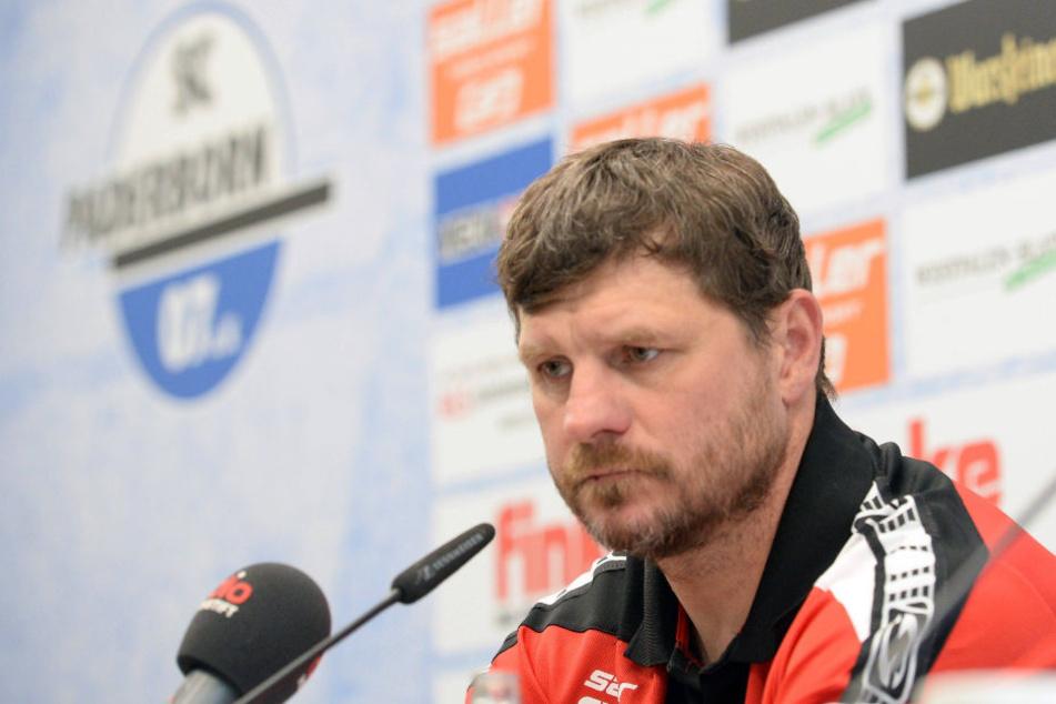Steffen Baumgart (46) nimmt im Tor eine Veränderung vor.