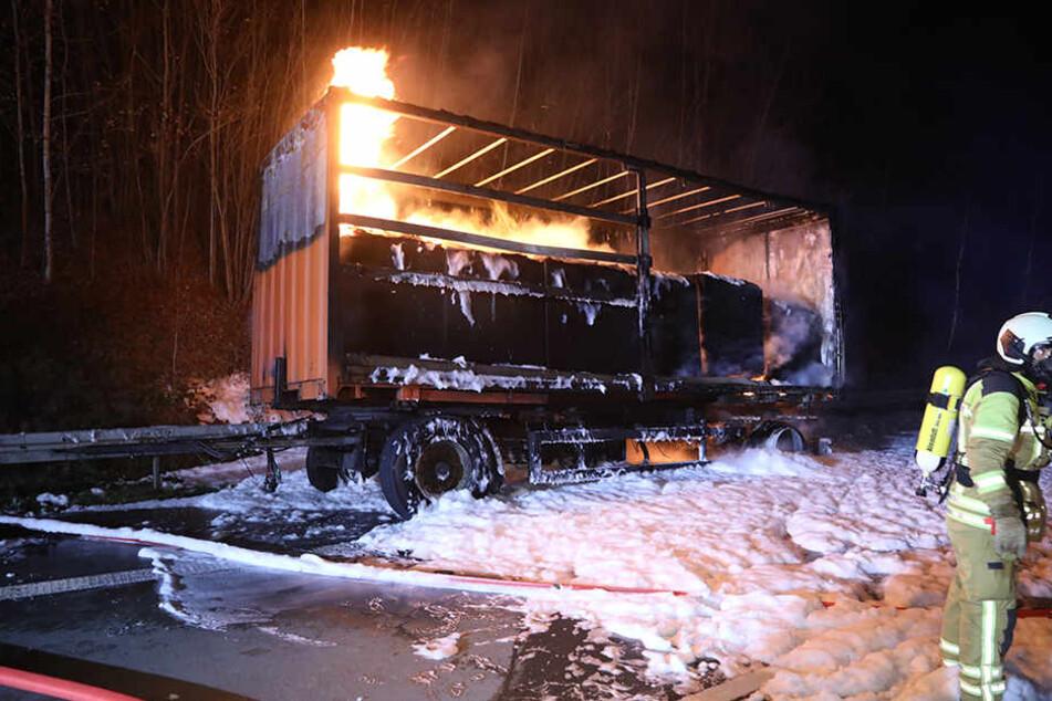 Lkw-Anhänger brennt auf A17 bei Dresden aus: Kilometerlanger Stau!
