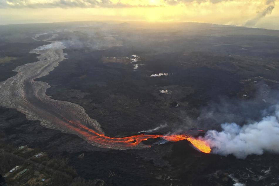 Hier fließt die heiße Lava des Vulkan Kilauea ab.
