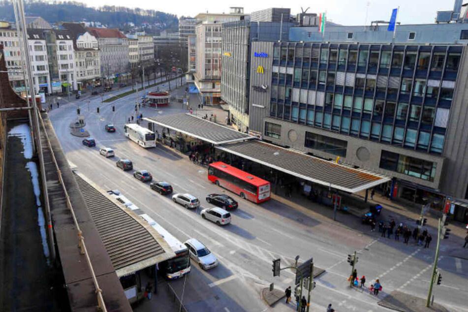 Fußgänger hetzen über den zentralen Platz, der Neu- und Altstadt verbindet.