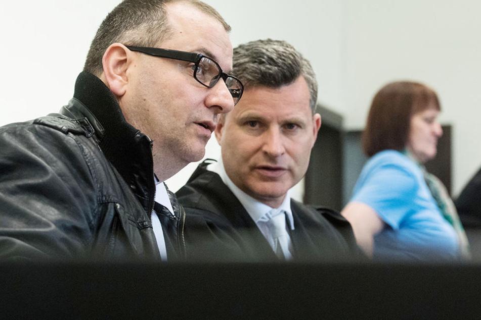 Wilfried W. (47, li.) hier mit seinem Verteidiger Detlev Binder (51). Im Hintergrund sitzt Angelika W. (48).