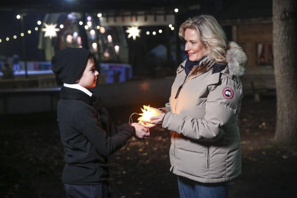 Für ein Video, das beim Adventskonzert eingespielt wird: Kruzianer Benedikt überreicht Camilla Nylund auf dem Konzertplatz Weißer Hirsch einen leuchtenden Stern aus Herrnhut.