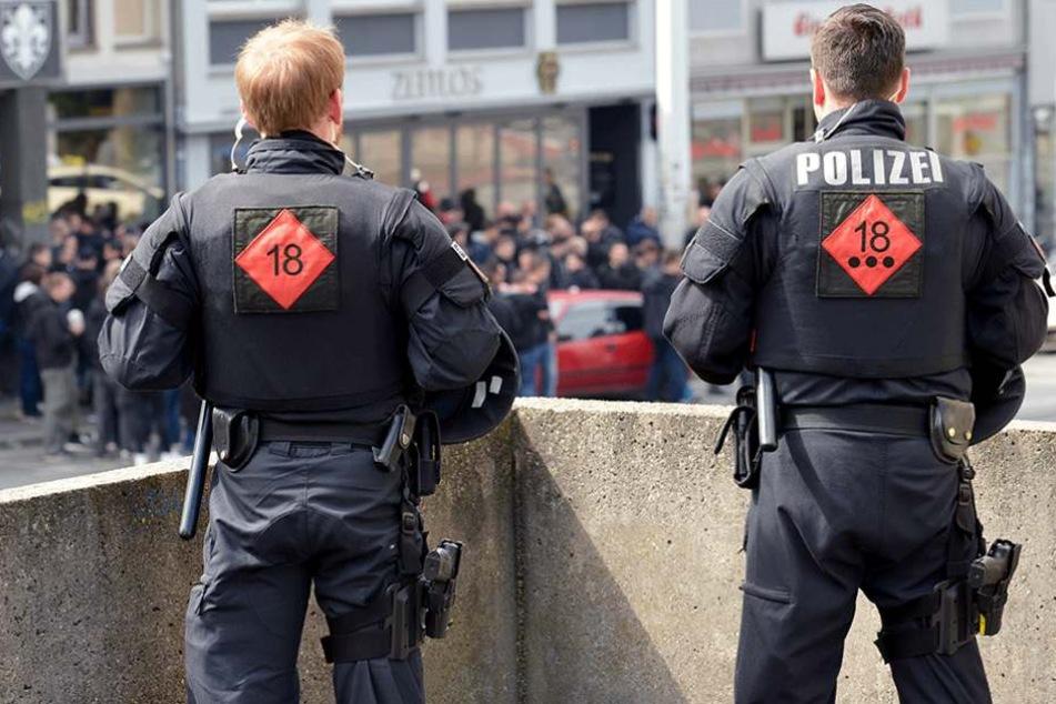 Die Polizei konnte die Randalierer nicht einfach laufen lassen, steckte sie deshalb in eine Kneipe (Symbolfoto).
