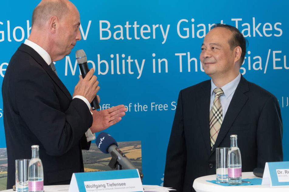 Wolfang Tiefensee, Wirtschaftsminister, mit dem Vorstandsvorsitzenden von CATL, Robin Zeng.
