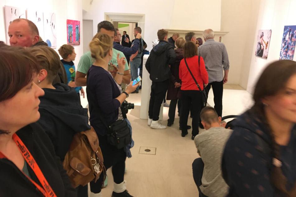 """Besucher drängten sich durch die Räume der neuen Sonderausstellung """"Ausgetrickst!"""" auf Schloss Augustusburg."""
