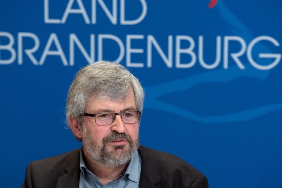 Der Umweltminister Brandenburgs, Axel Vogel (Grüne), hält wenig von der Alternative zum Gewehr.