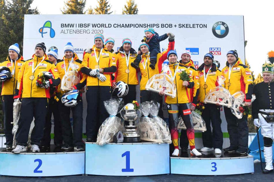 Besser geht's nicht: Das komplett von den deutschen Assen besetzte Podest mit dem Sieger-Team von Francesco Friedrich (M.), dem silbernen Vierer von Johannes Lochner (l.) sowie Nico Walther & Co. (r.) auf dem Bronzerang.