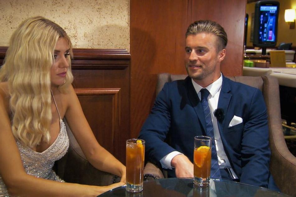 Beim Gespräch mit Alexander wirkt Gerda desinteressiert.