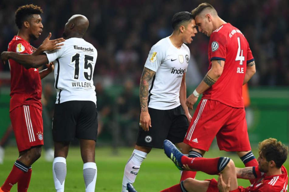 Im Endspiel des DFB-Pokals zwischen München und Frankfurt ging es zur Sache.