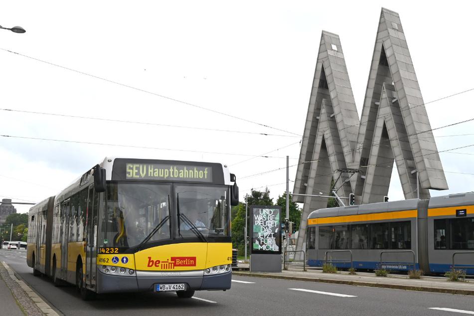 Skurriler Anblick: Ein Bus mit der Aufschrift Berlin zwischen Völkerschlachtdenkmal und der Alten Messe Leipzig.