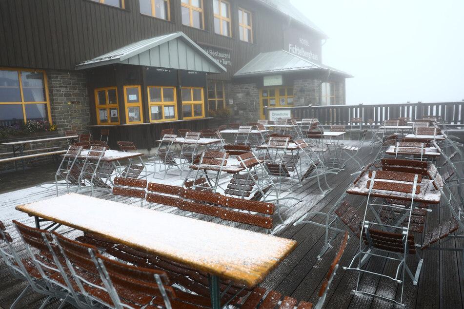 Das Fichtelberghaus war am Mittwoch früh von Schnee bedeckt.
