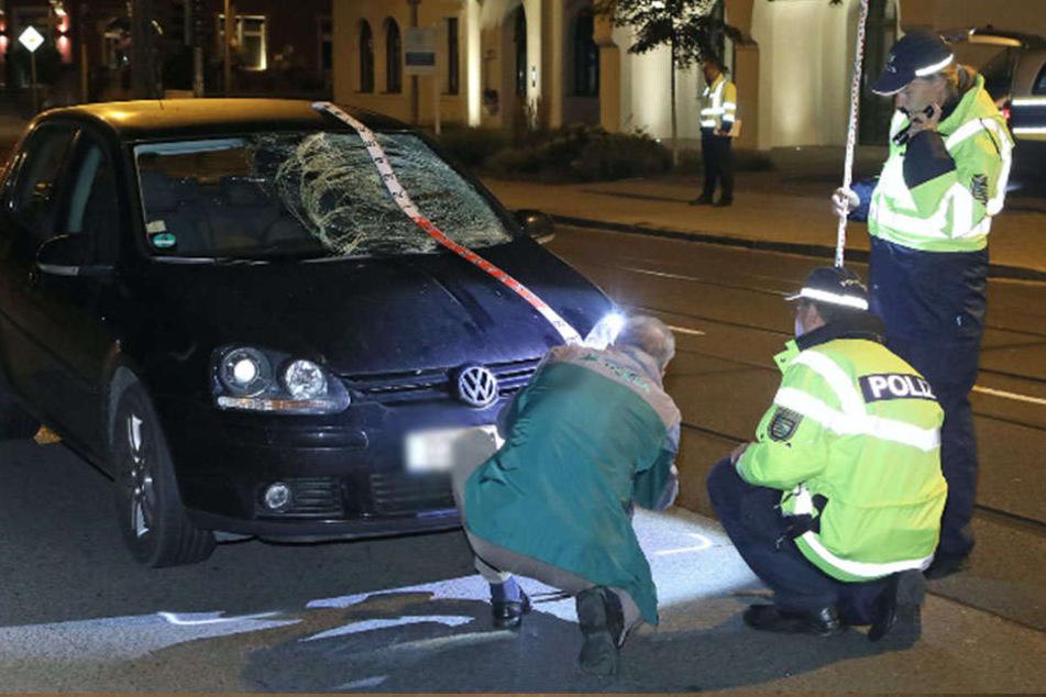 Der Mann wurde gegen die Frontscheibe des VW Golfs geschleudert.