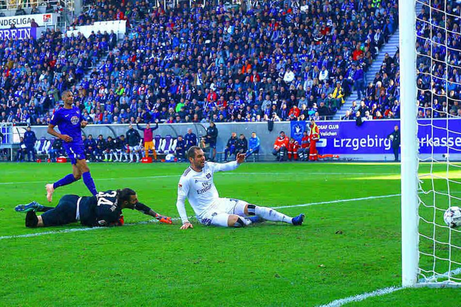 HSV-Stürmer Pierre-Michel Lasogga drückt den Ball zum 0:1 über die Linie, FCE-Schlussmann Daniel Haas kann nur noch hinterherschauen.