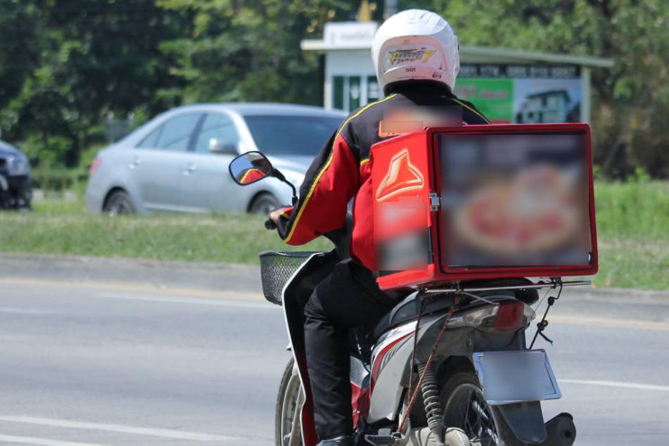 Ein Pizzalieferant wurde in Leipzig von einem Audifahrer übersehen, angefahren und schwer verletzt auf der Straße liegen gelassen. (Symbolbild)