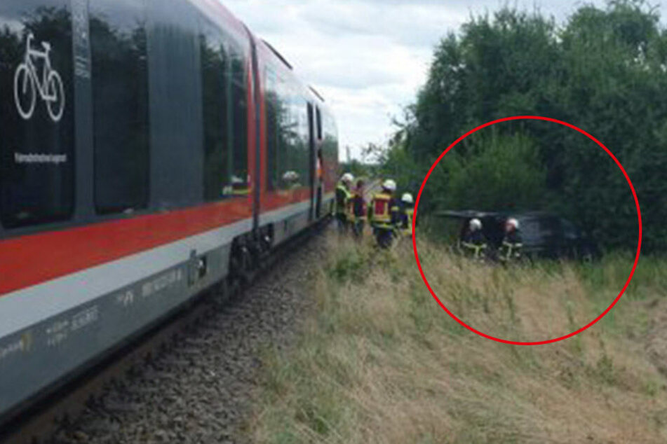 Kameraden der Feuerwehr begutachten das Unfallauto. Der Fahrer konnte sich nach dem Zusammenprall selbst befreien.