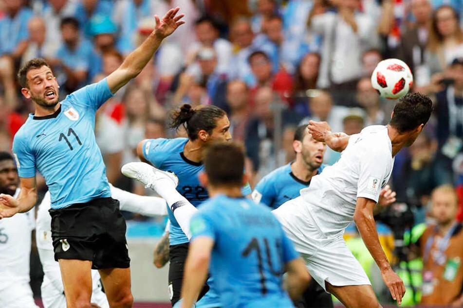 Raphael Varane (rechts) von Real Madrid erzielt per Kopf nach einem Freistoß von Antoine Griezmann das 1:0 für Frankreich.