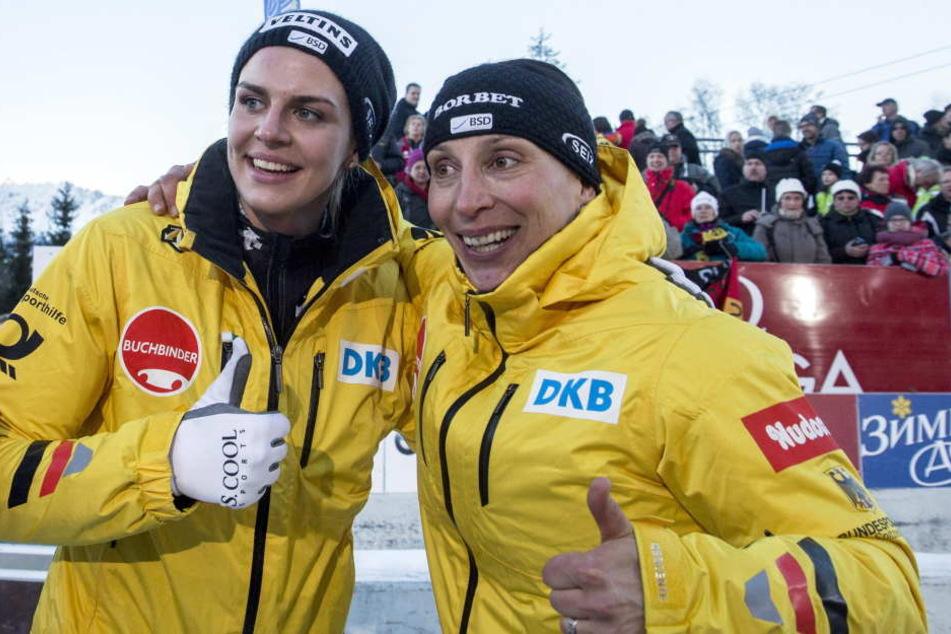 Anja Schneiderheinze (r.) mit ihrer Anschieberin Annika Drazek nach dem Sieg der Weltmeisterschaft im Februar.