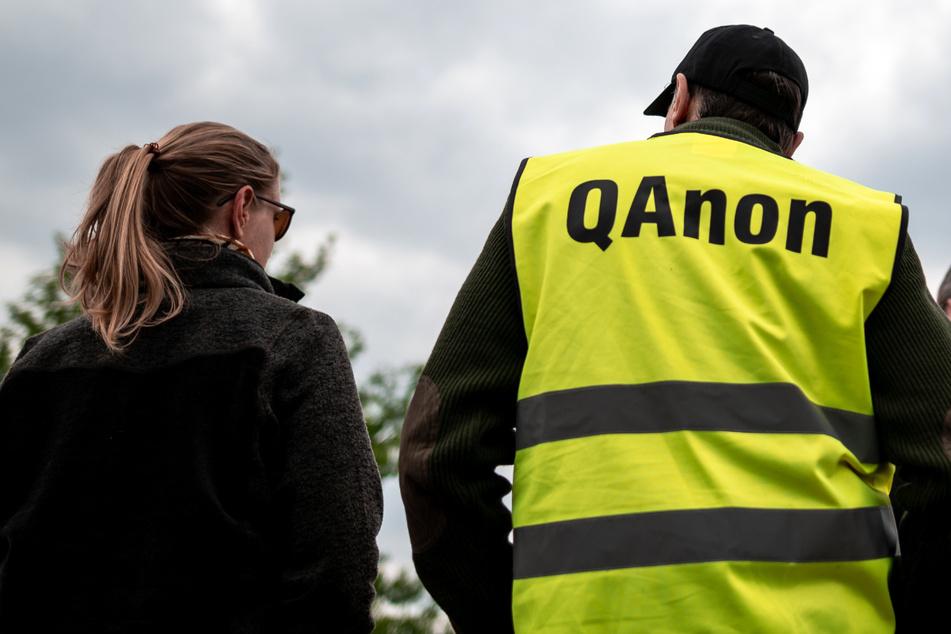 """QAnon-Bewegung: Hat sich """"Q"""" versehentlich selbst verraten?"""