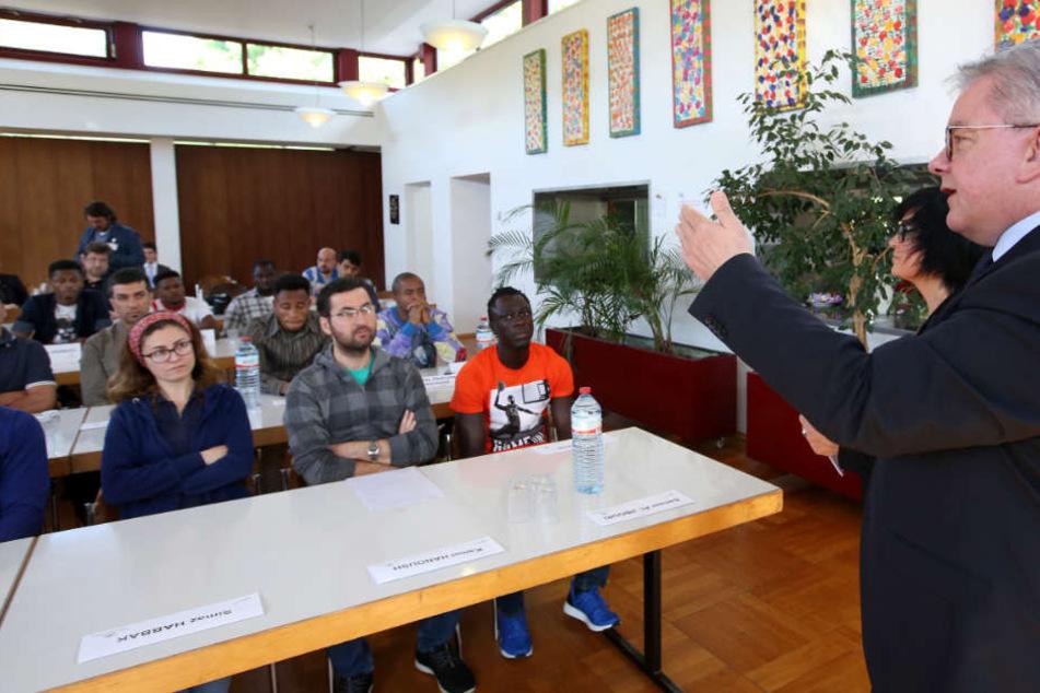 Mai 2017: Baden-Württembergs Justizminister Guido Wolf (CDU, rechts) stellt den Rechtsstaats-Unterricht für Flüchtlinge in Sigmaringen vor.