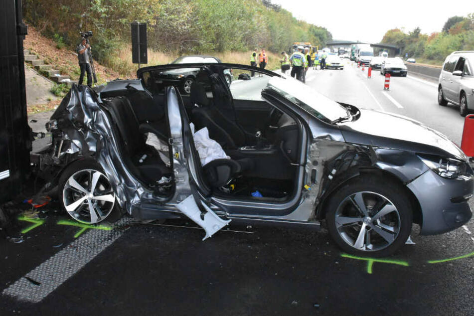 Beim Peugeot musste das Dach abgeschnitten werden, damit die Insassen befreit werden konnten.
