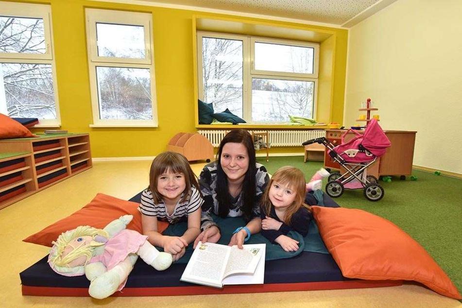 Sooo viel Platz für die Kleinen! Erzieherin Loreen Kribitzneck (24) liest Celina (3, l.) und Laura (6, r.) vor. Auf vier Etagen können sich die Knirpse austoben.