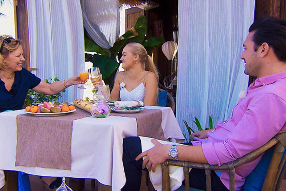 Stößchen! Mit der blonden Svenja scheint sich Mama Rebecca bestens zu verstehen.