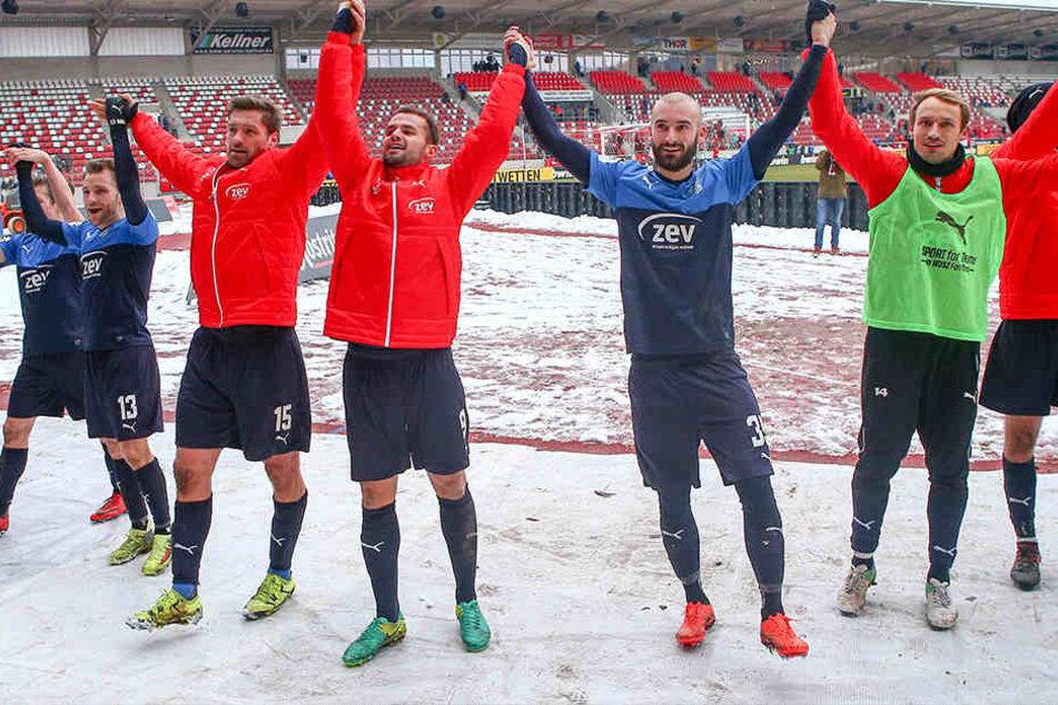 Sieg in Erfurt! Ronny König (v.l.), Fabian Eisele, Nico Antonitsch und Toni Wachsmuth lassen sich von den mitgereisten FSV-Fans feiern.