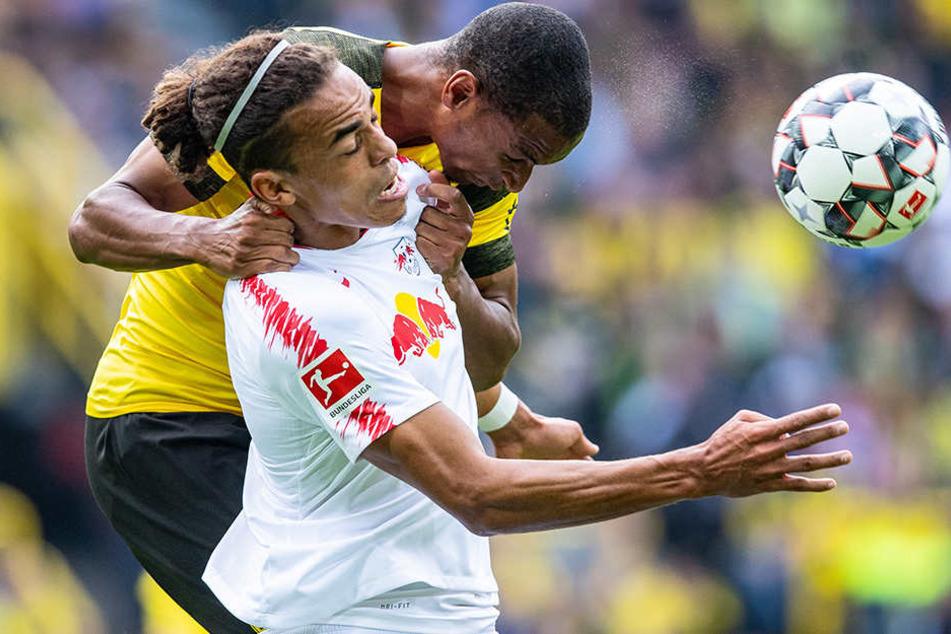 Ringkampf: BVB-Innenverteidiger Manuel Akanji (h.) und Leipzigs Yussuf Poulsen (vorne) versuchen mit allen Mitteln, an den Ball zu kommen.