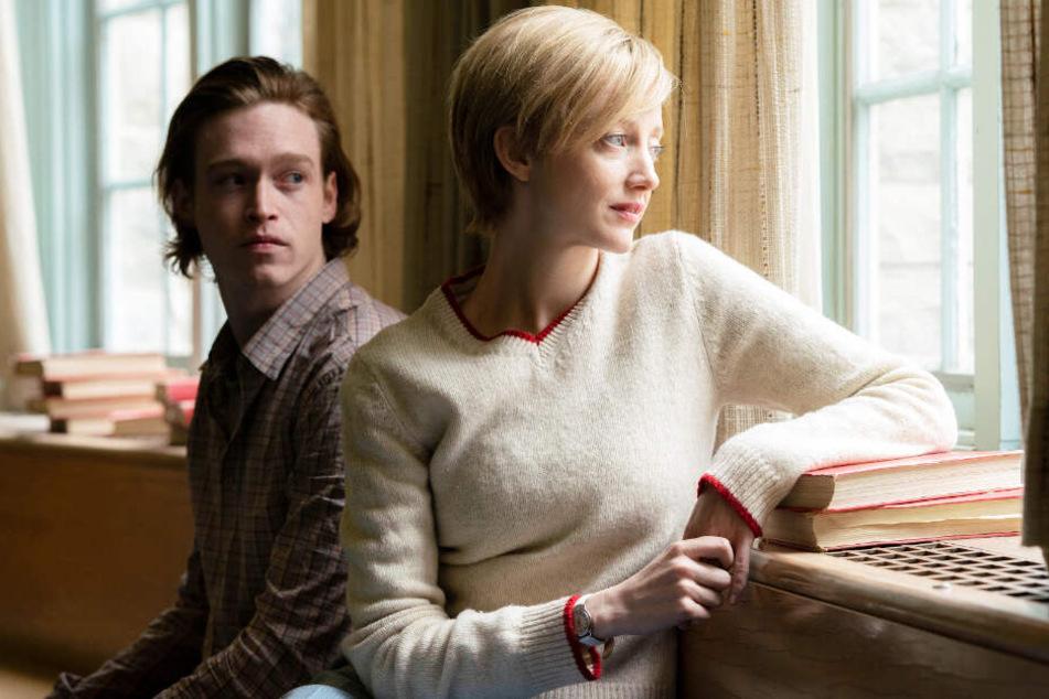Alice (Andrea Riseborough) greift Jeff (l., Caleb Landry Jones) unter die Arme. Der Tollpatsch freut sich über die neue Chance.