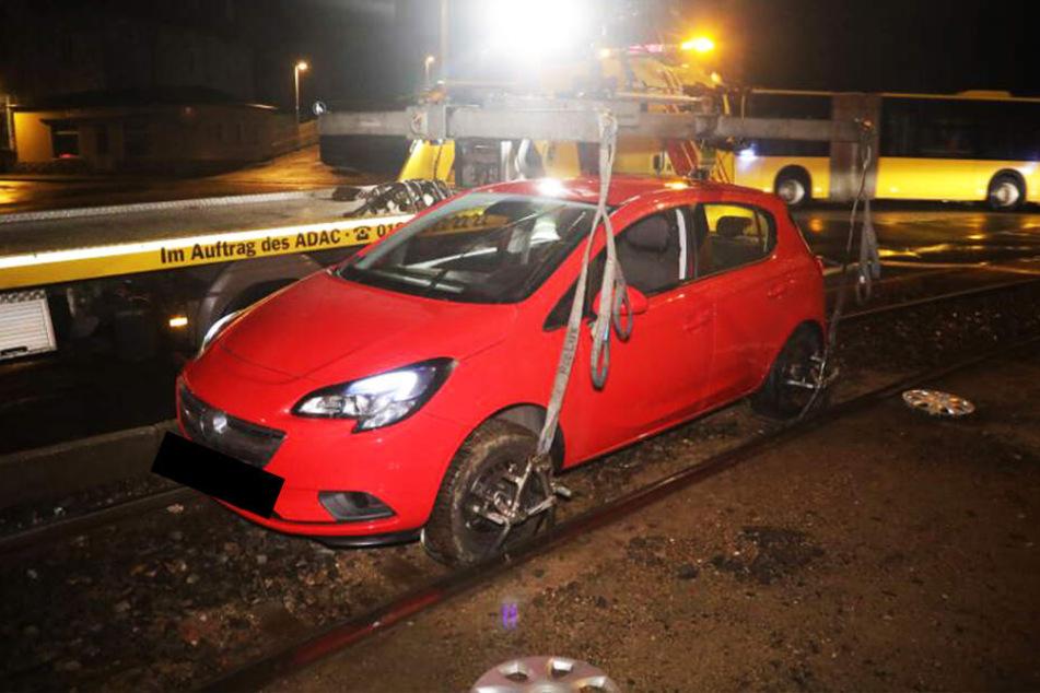 Opel-Fahrer bleibt in Gleisbett stecken und legt Bahn-Verkehr lahm