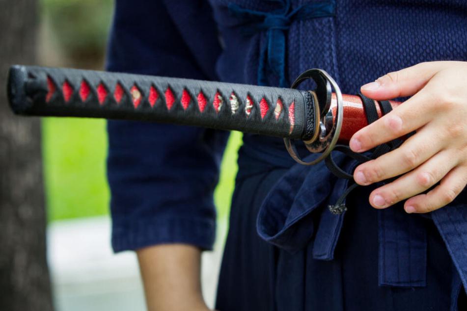 Mann ruft Polizei, weil Nachbarn Schwert geklaut haben sollen: Dann kommt Grauenvolles ans Licht