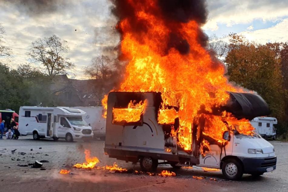 """Wohnmobil steht lichterloh in Flammen: """"Person noch drin"""""""
