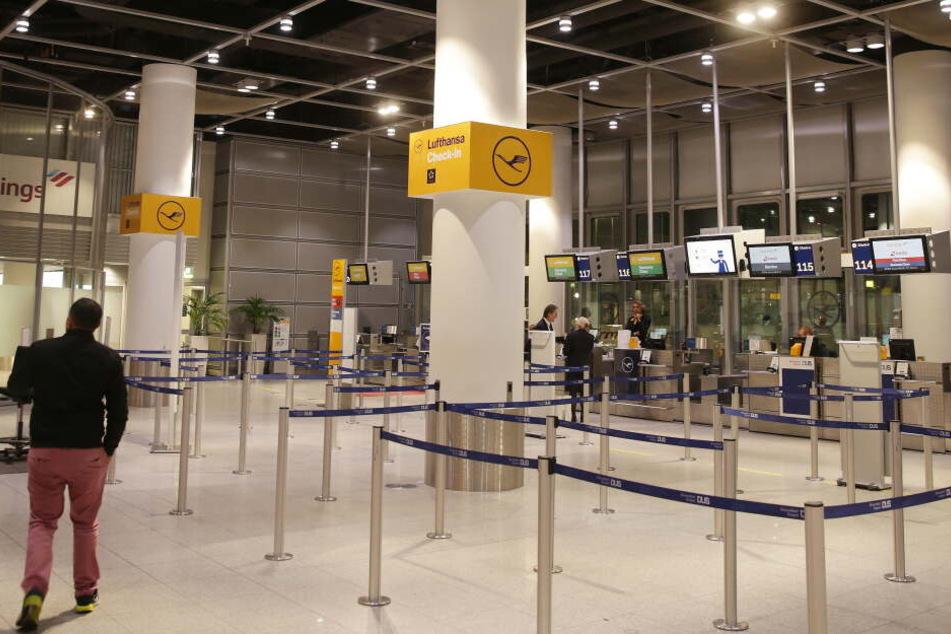 Eine leere Lufthansa Check in-Schalter im Flughafen Düsseldorf.
