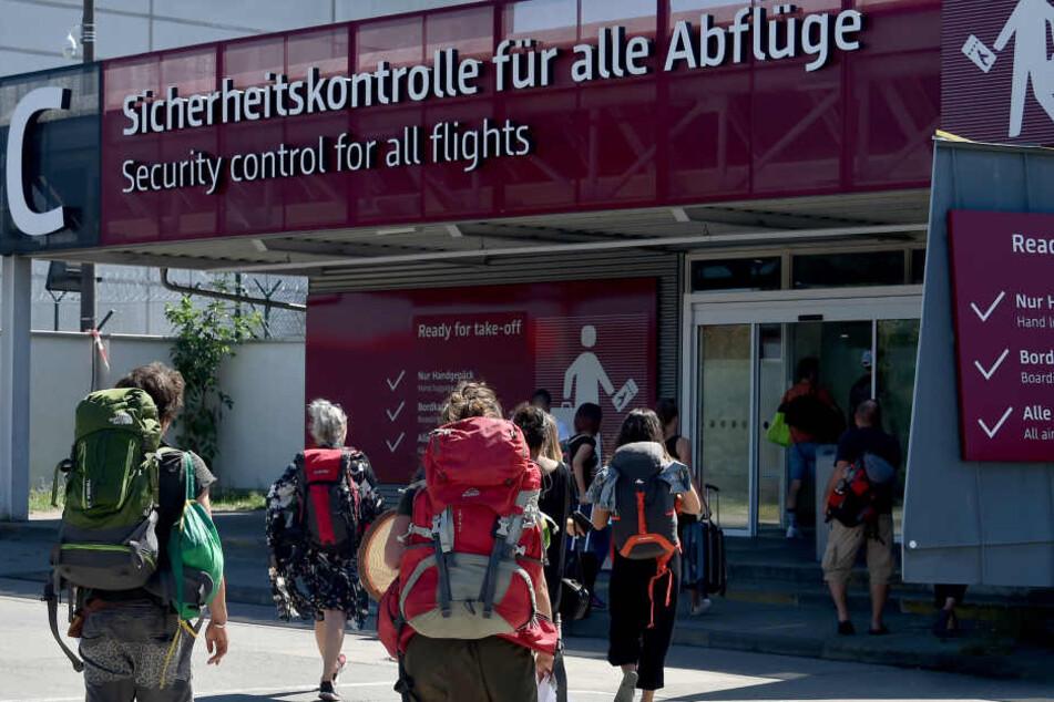 Alarm am Flughafen Schönefeld, Check-In-Schalter gesperrt