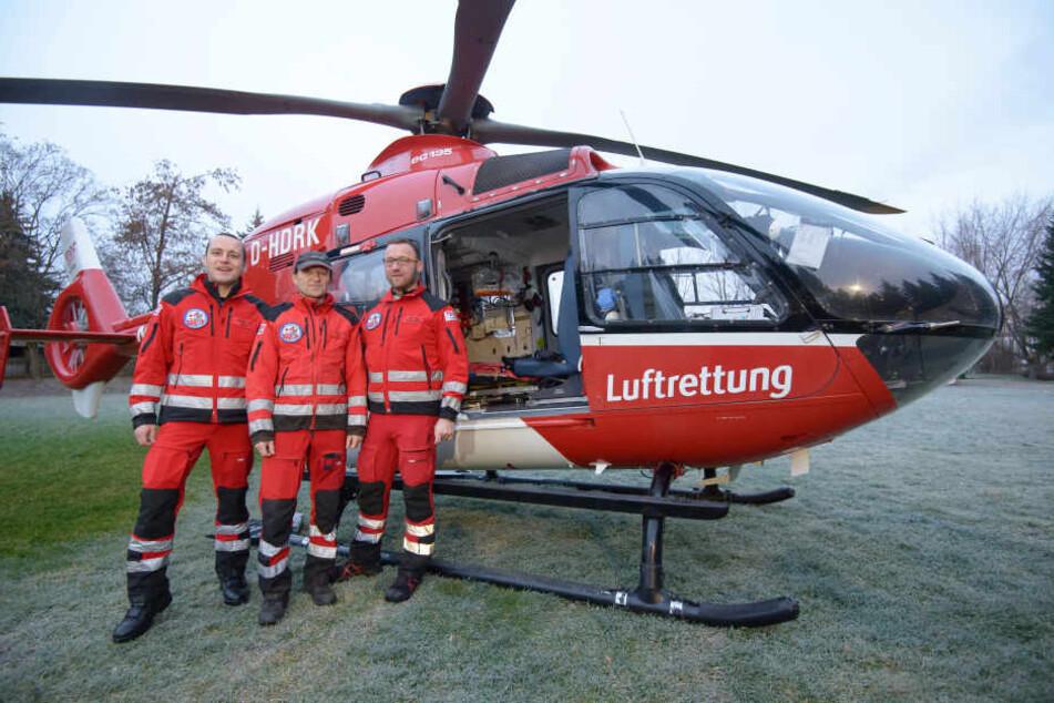 """Notarzt Michael Koch (40), Pilot Jörg Winkel (56) und Notfallsanitäter Heiko Roth verlassen zum Jahresende den Standort der DRF Luftrettung in Zwickau. Mit ihnen räumt auch Heli """"Christoph 46"""" das Feld."""
