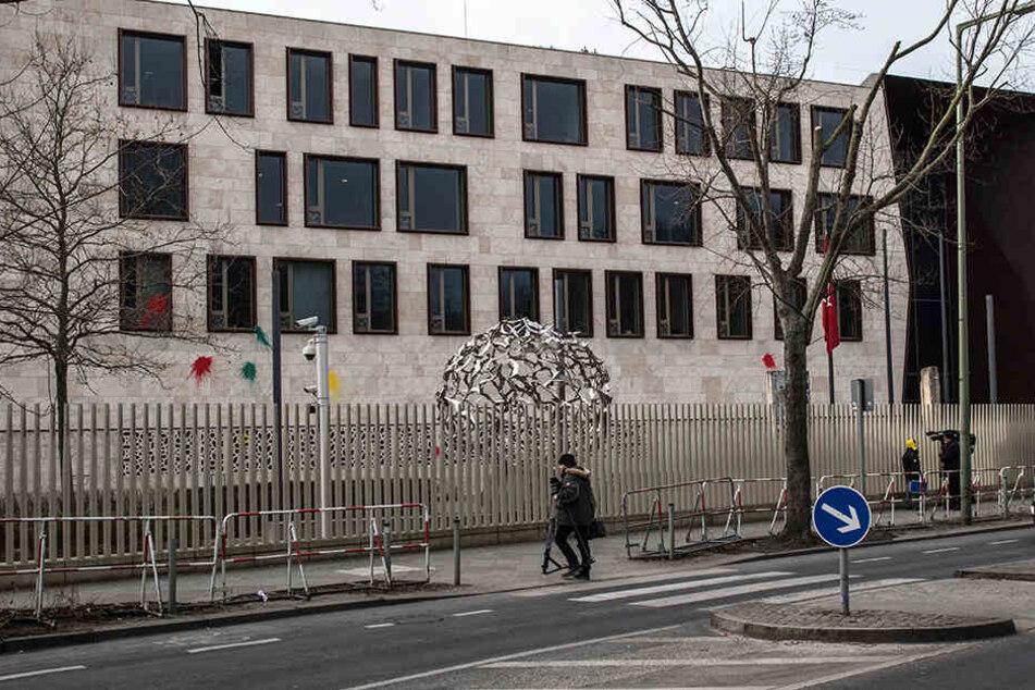 Auf die türkische Botschaft in Berlin hat es am Dienstagmorgen mehrere kleine Angriffe gegeben.