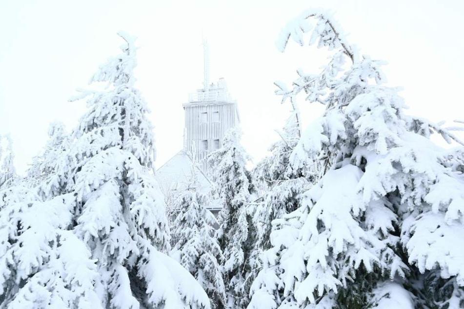 Der Gipfel des Fichtelbergs ist mit einer Schneedecke überzogen.