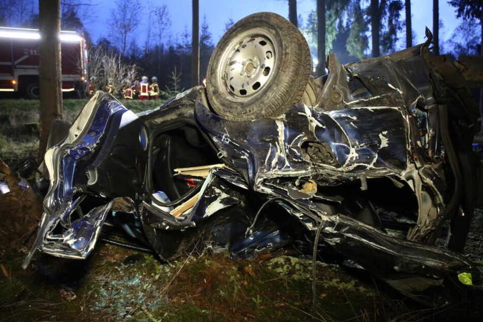 Wagen völlig zerstört: 18-Jähriger stirbt bei Autounfall