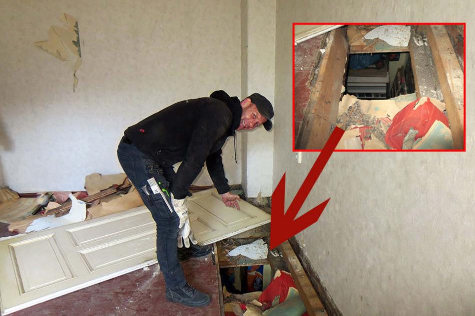 Bauarbeiter Erik Bornschein (47) zeigt in der darüber liegenden Wohnung das Loch im Fußboden, durch welches die Einbrecher in den Sex-Shop gelangten.