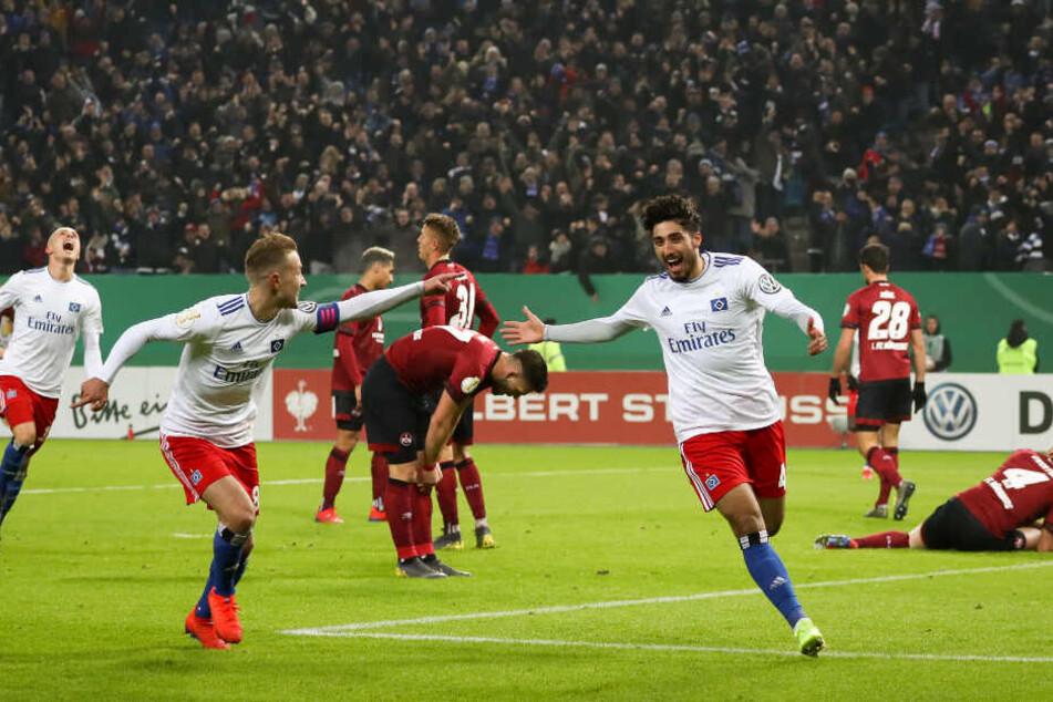 Berkay Özcan (rechts) und Lewis Holtby bejubeln den Hamburger Führungstreffer.