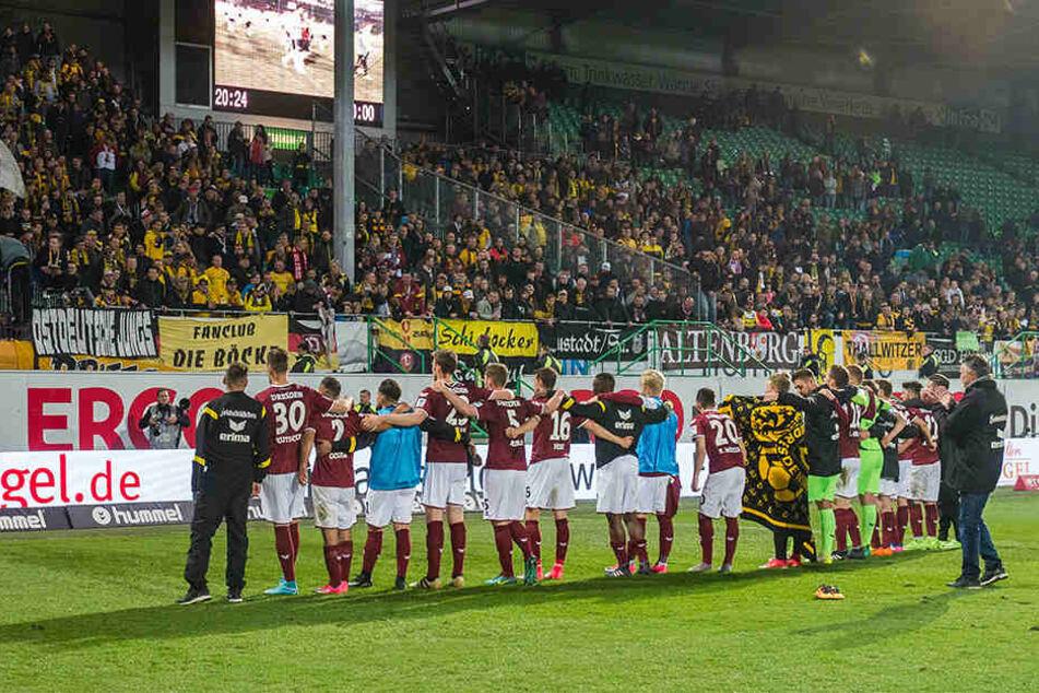 Verloren, aber die mitgereisten Fans feierten ihre Dynamos nach dem Abpfiff dennoch.