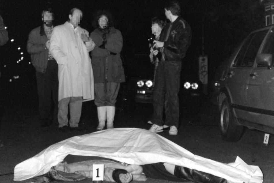 Ermittler stehen vor der erschossenen Frau.